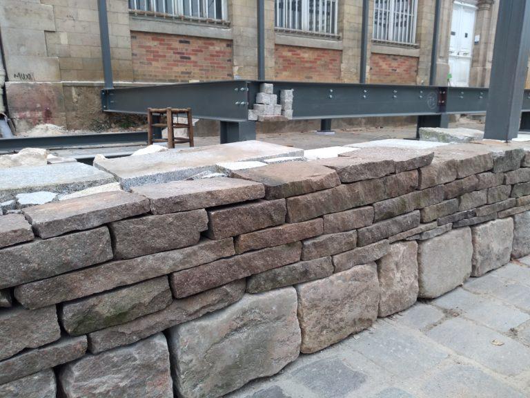 Montage du muret en pierre sèche